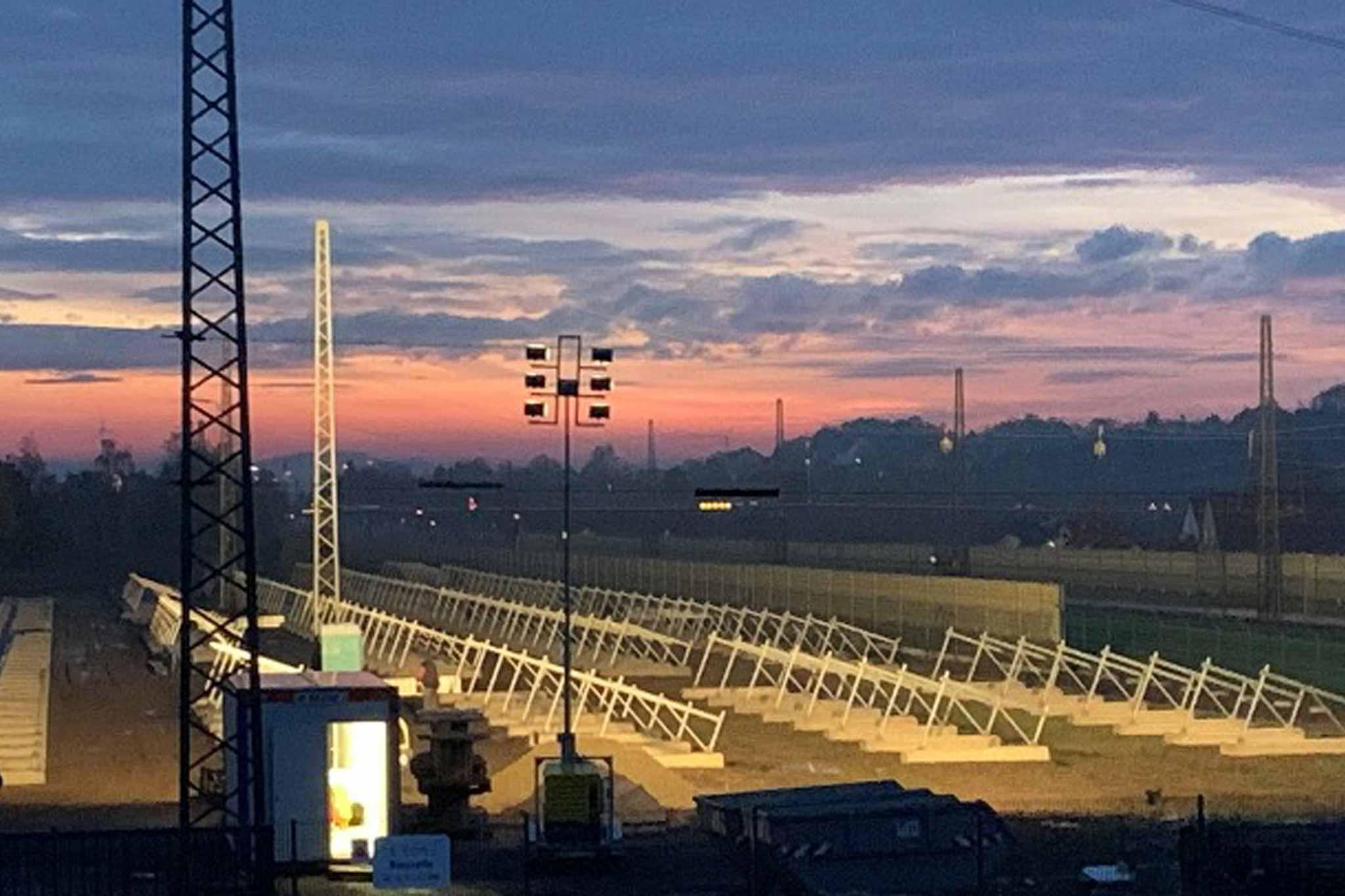Freiland-Photovoltaikanlage bei Sonnenuntergang